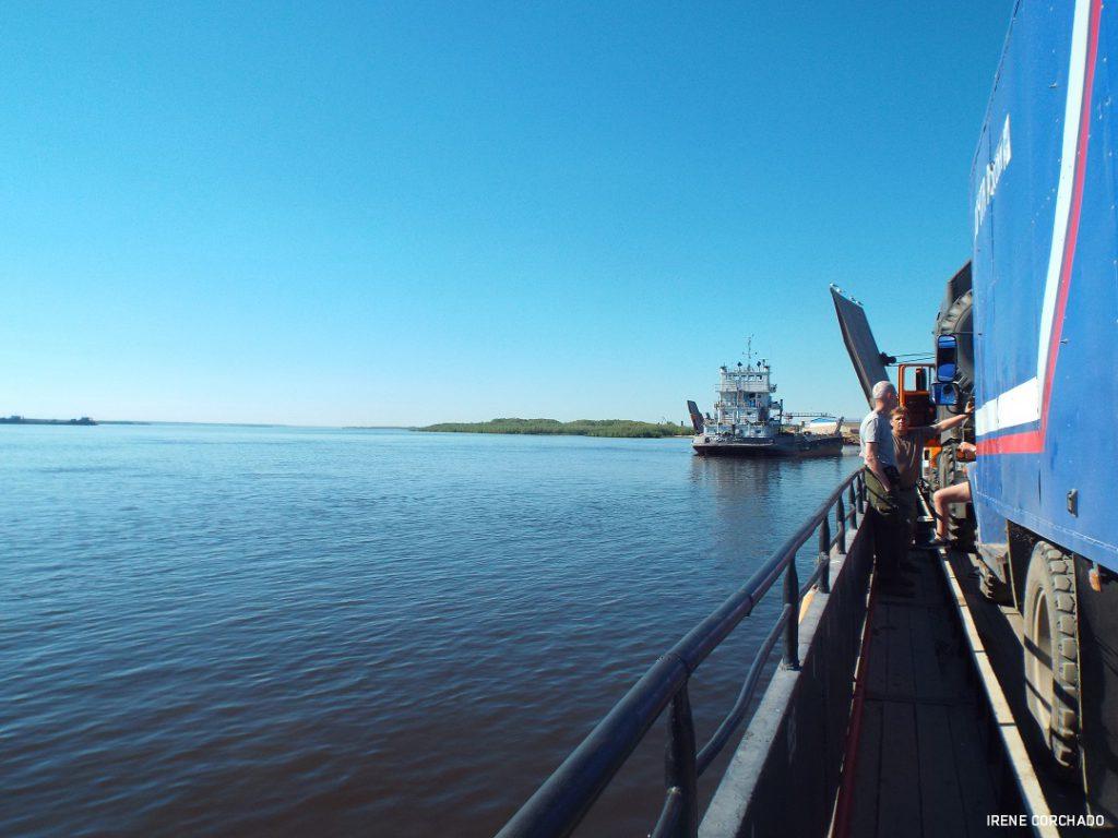 cruzando el Lena en barco, Yakutia